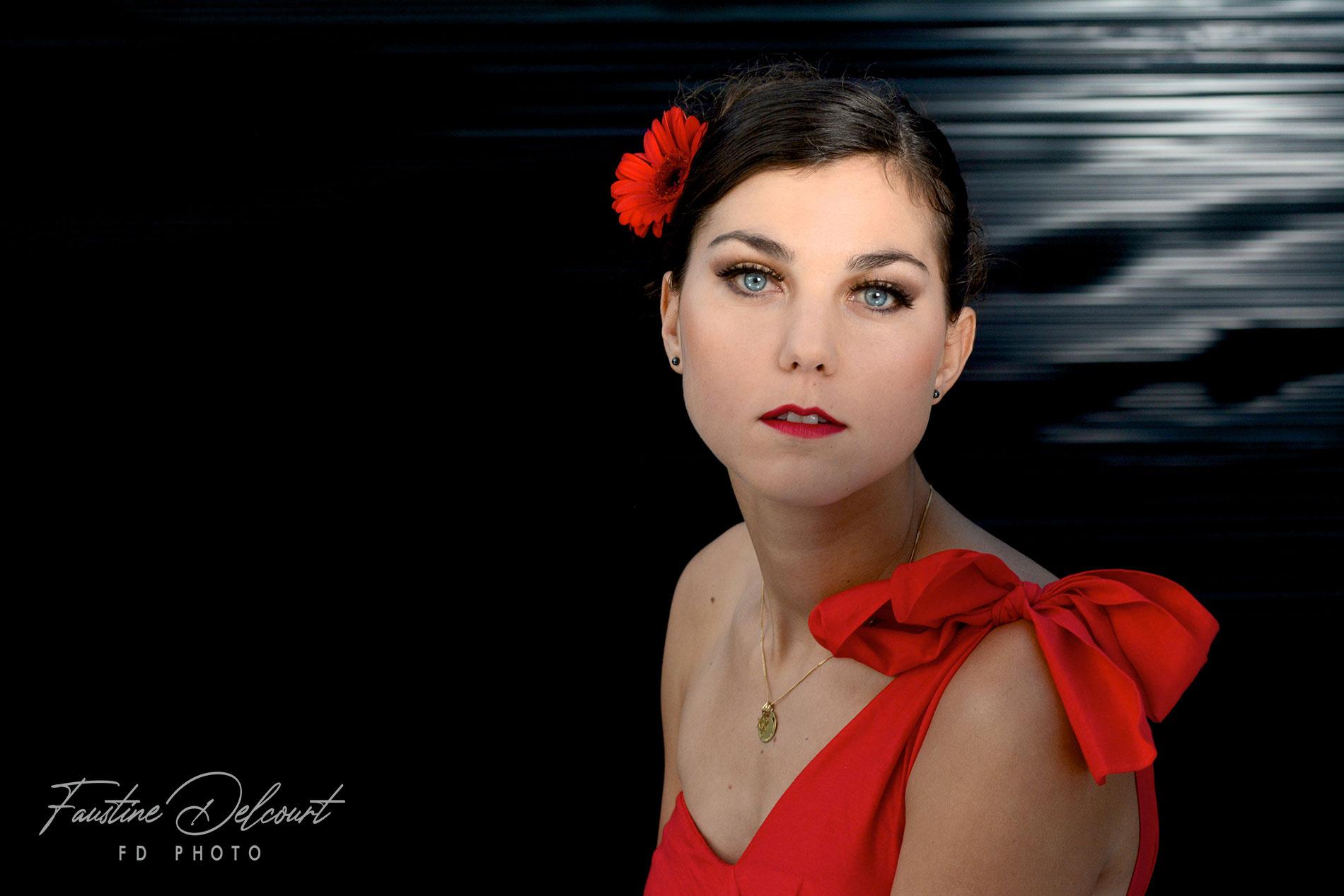 cette image représente une jeune femme prise en photo studio sur fond noir