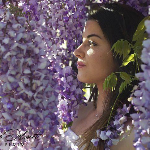 Cette image représente une jeune fille dans les fleurs